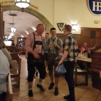 Alguns alemães se vestem com trajes típicos