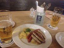 augustiner - Wuerstel Plate Repolho salada de batata alemã e salsishas